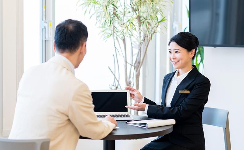 女性の営業に相談をする男性