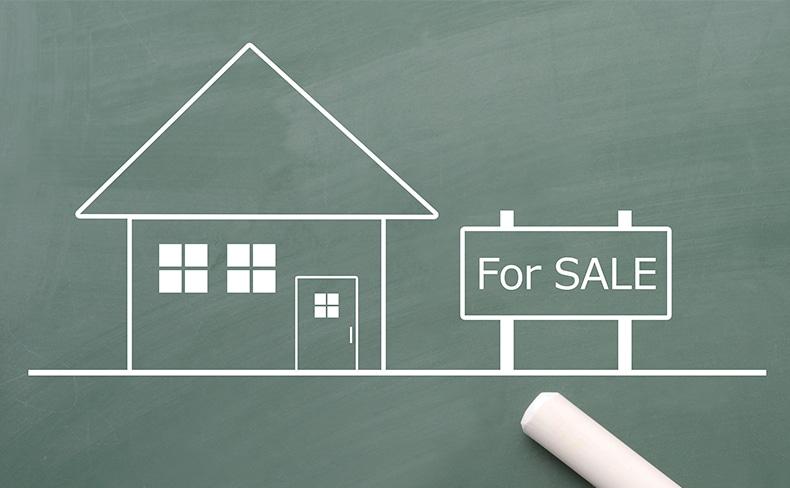 黒板に描かれた家と「For SALL」の看板
