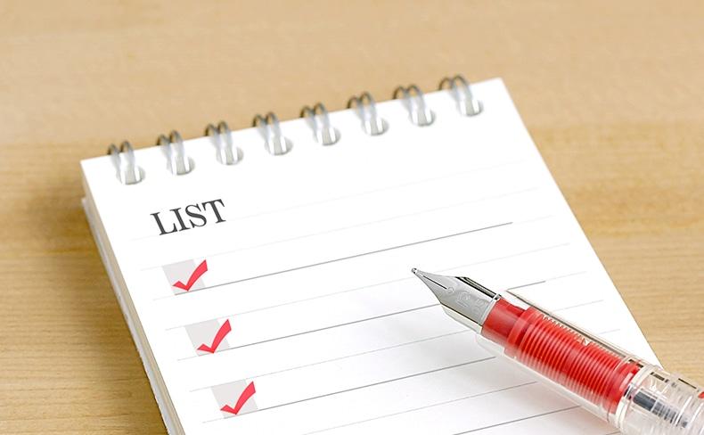 チェックリストと赤いボールペン
