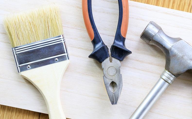 ペンキの刷毛とペンチと金槌