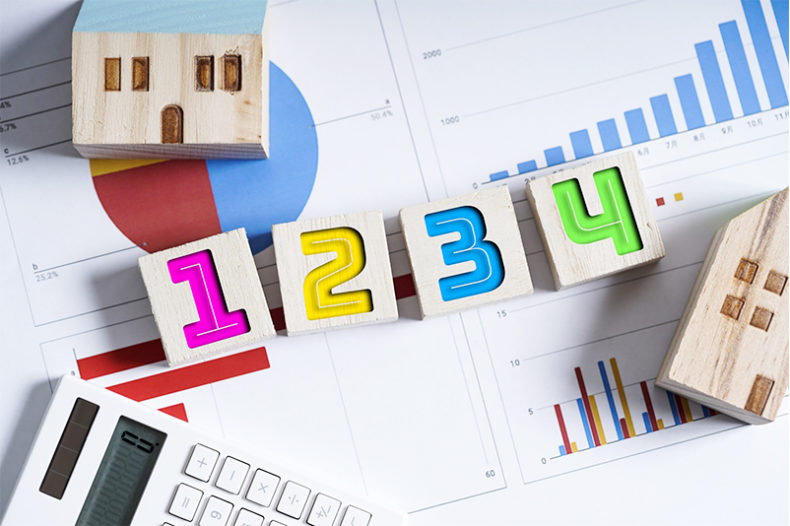 家の模型とグラフと電卓